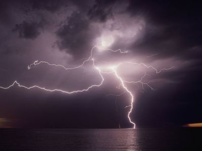 lightning-over-water_270_600x450
